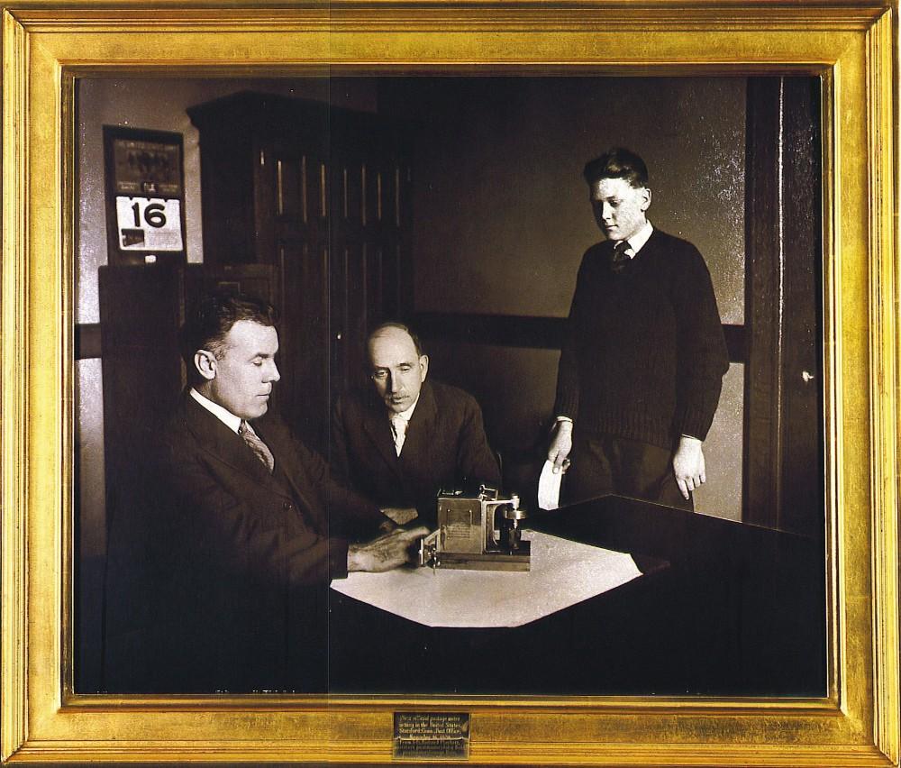 Die erste Frankiermaschine von Pitney Bowes aus dem Jahr 1920. Abbildung: Pitney Bowes