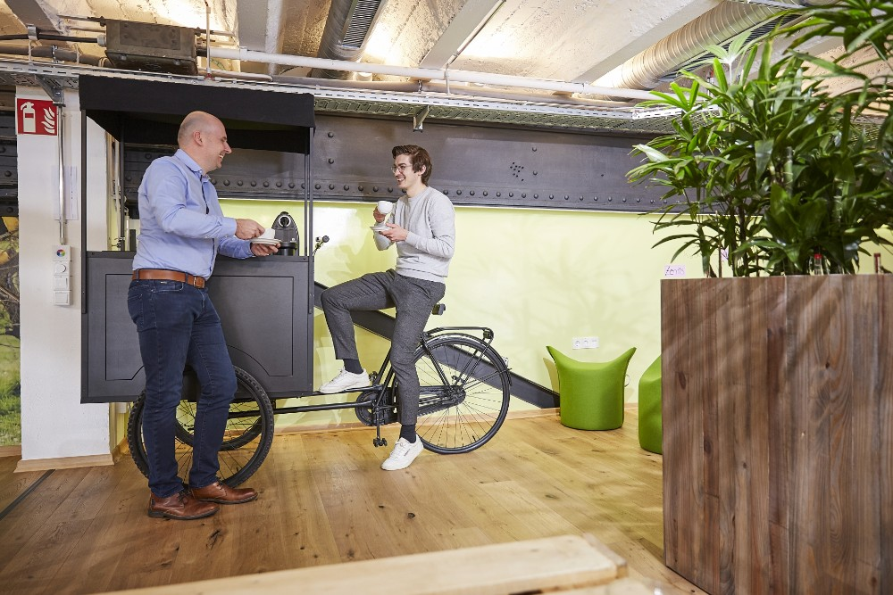 So macht die Pause Spaß: Ein lockeres Gespräch beim besten Kaffee im Zentis Fruchtcampus. Abbildung: NEU – Gesellschaft für Innovation mbH