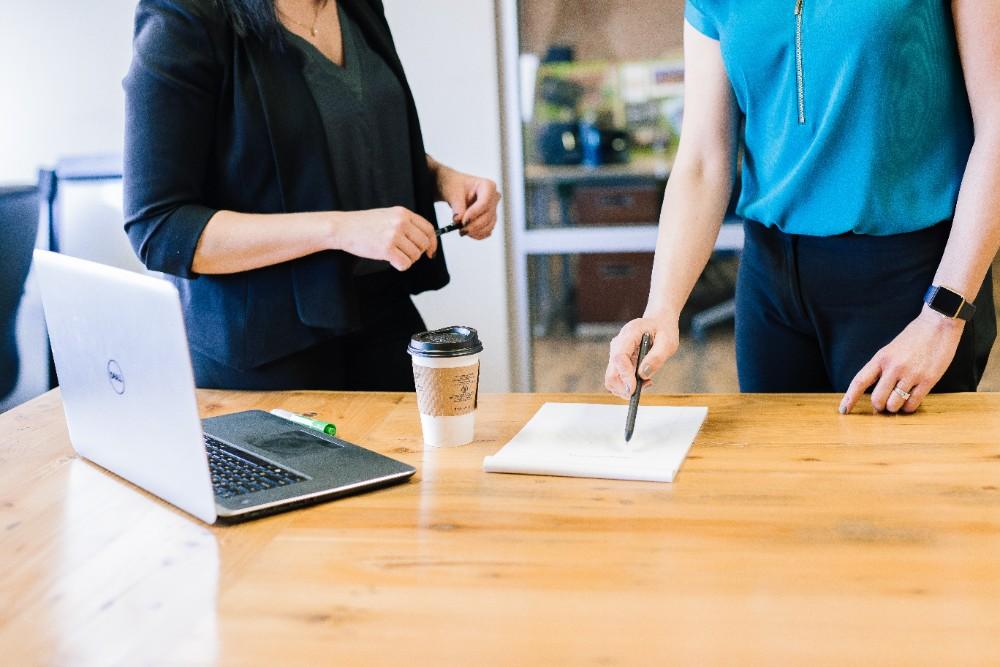 Ein gesundheitsgerechter Führungsstil kann das Wohlergehen der Angestellten sichern. Abbildung: Amy Hirschi, Unsplash
