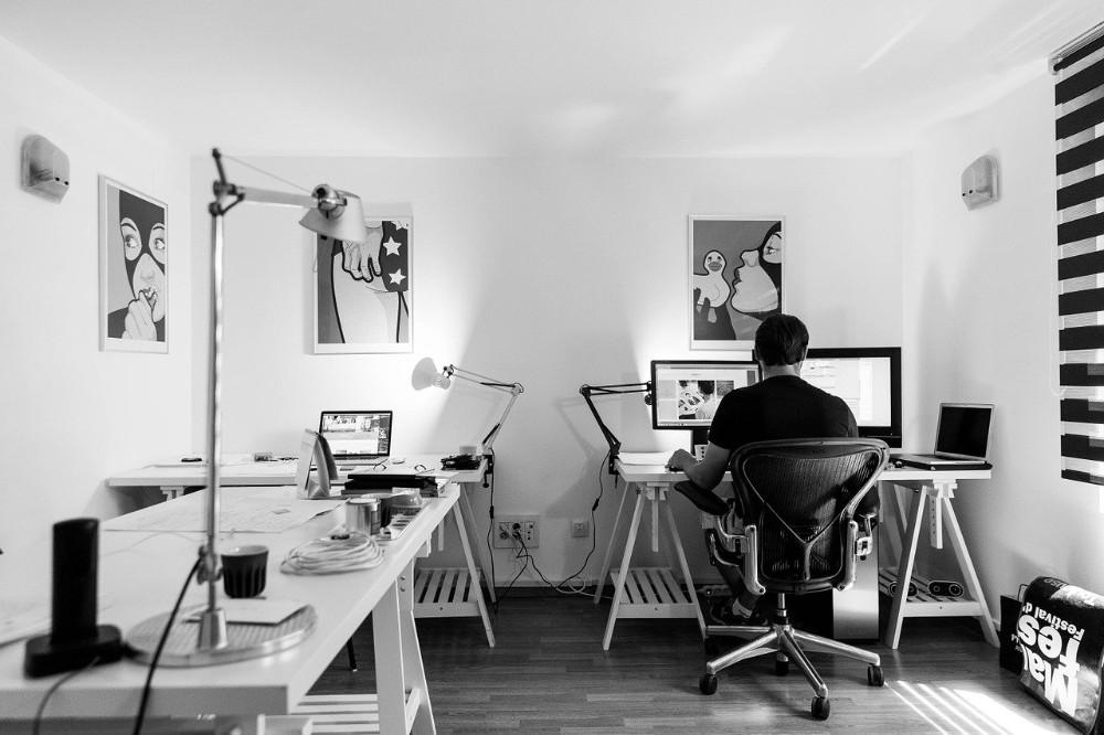 Eine angenehme Wohlfühlatmosphäre steigert die Arbeitsleistung im Büro. Abbildung: tookapic CCO Public Domain, pixabay.com