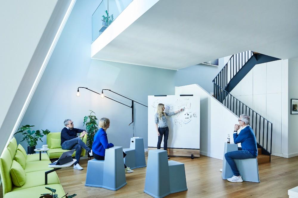"""Für den New-Work-Spezialisten und Gründer der Agentur Thjnk Michael Trautmann wurde jüngst ein neuer """"WorkLifeSpace"""" im Apartimentum in Hamburg realisiert. Abbildung: Silke Zander"""
