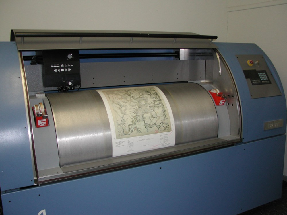 Die zu scannende Vorlage wird beim Trommelscanner auf einer gleichmäßig rotierenden Trommel befestigt. Abbildung, Wikimedia Commons