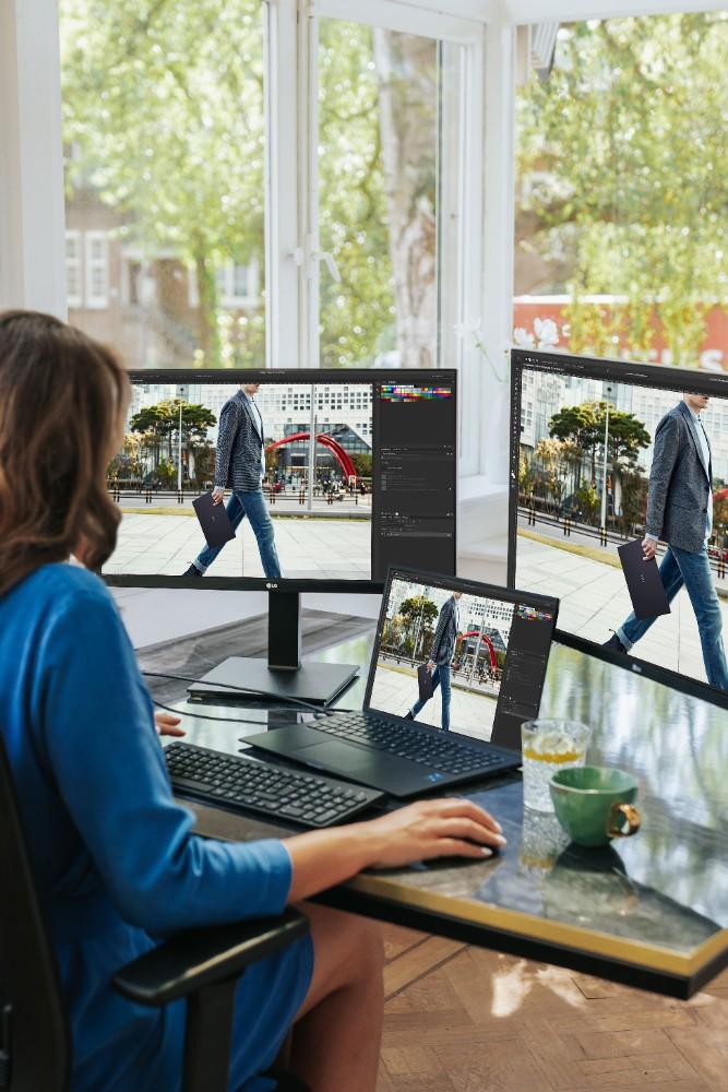 Ein leistungsfähiges Notebook und externe Monitore sind die Basis für produktive Büroarbeit – im Office und im Homeoffice. Abbildung: Fabienne Lindenbergh