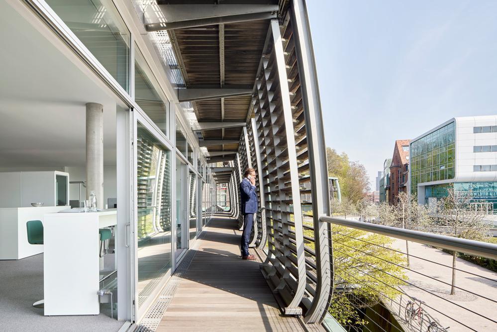 Das Büro verbindet auf skandinavisch das Innen und Außen mit einem großen Balkon. Abbildung: Kinnarps/Annika Feuss