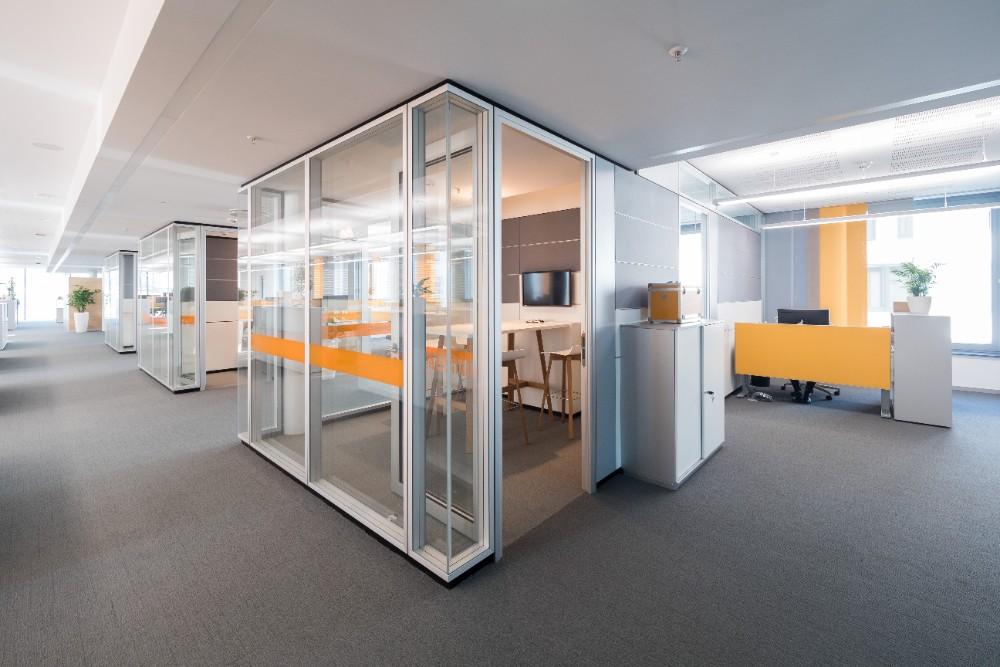 Für konzentriertes Arbeiten sind Think Tanks in den offenen Bürozonen integriert. Abbildung: Bilderwerk-Hannover Soeren Deppe