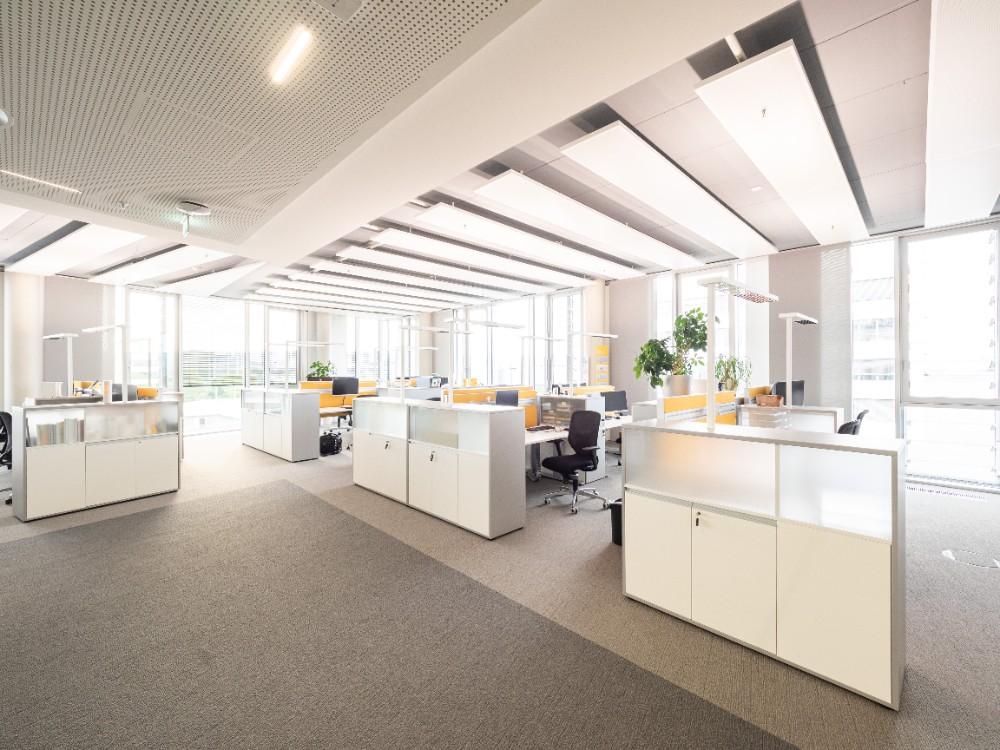 Tageslichtdurchflutete, offene Räume und Teamarbeitsplätze prägen die Bürozonen. Abbildung: Bilderwerk-Hannover Soeren Deppe