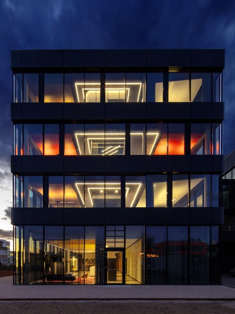 Ein Leuchtturm neuer Arbeitswelten – dank großzügiger Fassade insbesondere im Dunkeln. Abbildung: Eric Laignel