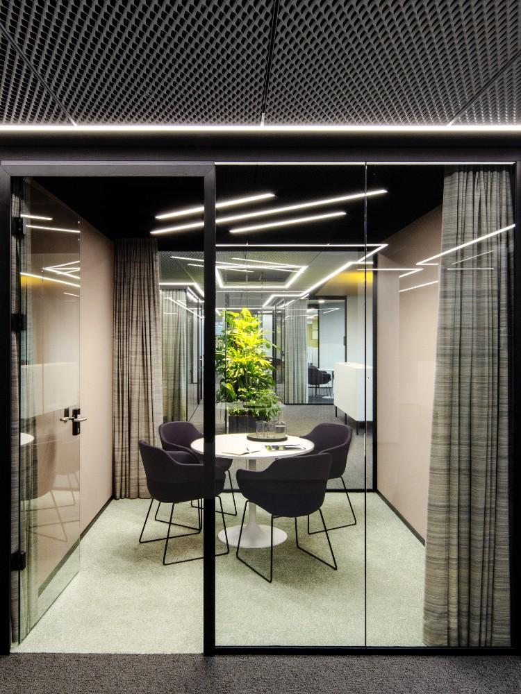 Rückzugsort und Kommunikationszentrum zugleich: die gläsernen Meetingräume. Abbildung: Eric Laignel