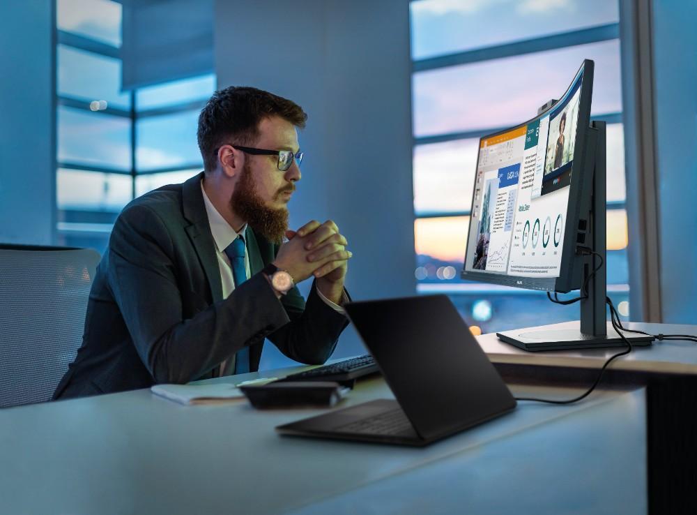 Lutz Hardge arbeitet mit nur einem Monitor, dem Philips 346P1CRH. Abbildung: Philips