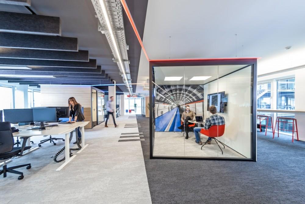 Hell-Dunkel-Kontraste und farbige Lichtelemente sind zentrale Workspace- Bestandteile. Abbildung: Andreas Rudolph Fotografie