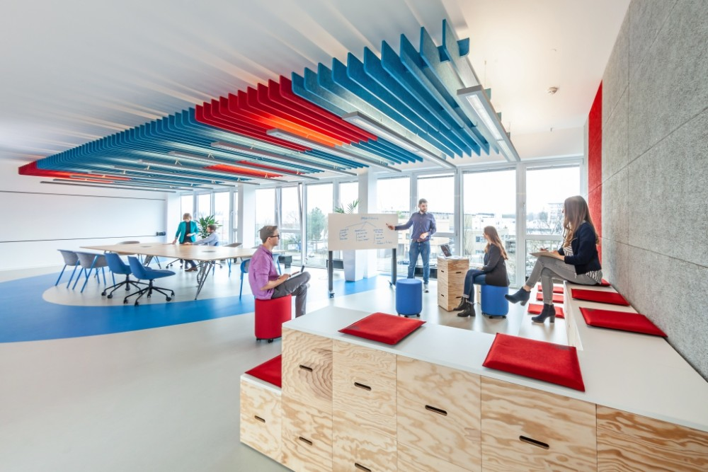 Anregende Atmosphäre für spontane Meetings, Workshops oder Small Talk. Abbildung: Andreas Rudolph Fotografie