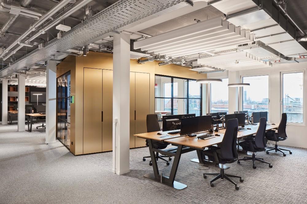 Zentraler Meetingraum und offene Arbeitsflächen. Abbildung: Sebastian Dörken, Max Schroeder