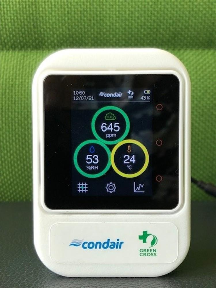 Drei Condair Cubes im Wert von je 150 € (netto). Das kompakte Luftqualitätsmessgeräte zeigt CO2-Werte, Luftfeuchte sowie Temperatur an und bewertet den Ist-Zustand per Ampelfarben.