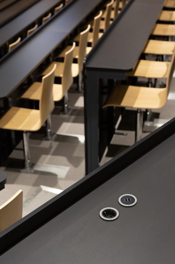 Eine runde Sache: In öffentlichen Bereichen punktet die Einzelsteckdose OneLock mit einem effektiven Schutz vor unerwünschter Demontage. Abbildung: Schulte Elektrotechnik