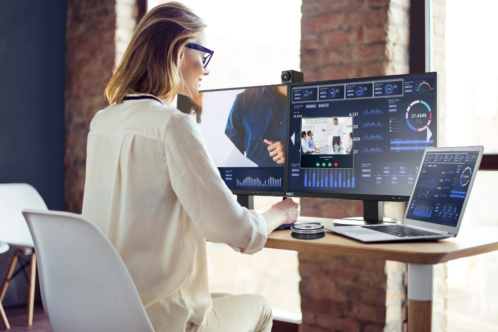 Dual-Monitor-Setups ermöglichen komfortables Arbeiten. Bedingung ist ausreichender Platz. Abbildung: Sharp NEC Display Solutions