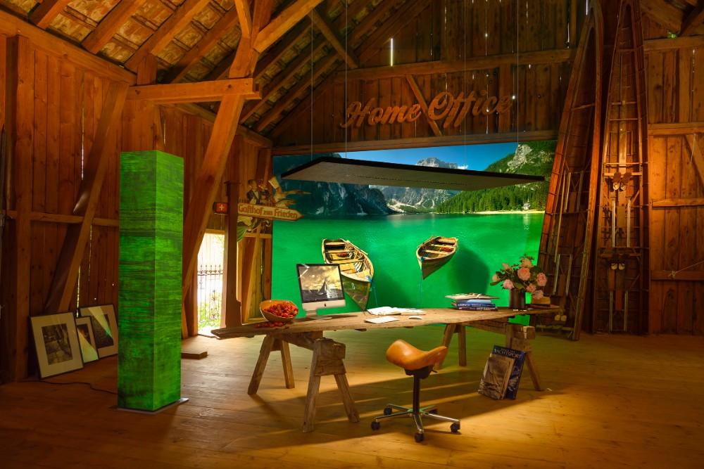 Büro im Bootshaus – mit akustisch wirksamer Beleuchtung. Abbildung: Otto Kasper