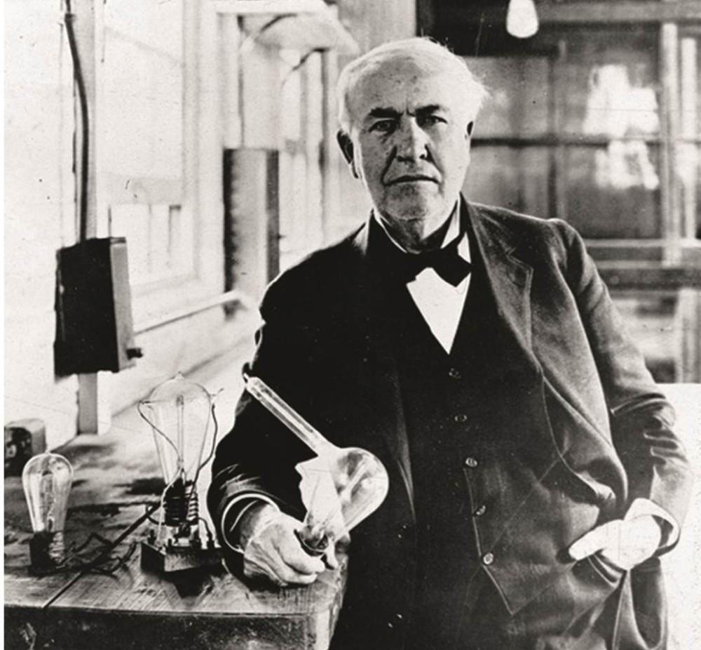 Thomas Edison mit einer der ersten Glühbirnen.