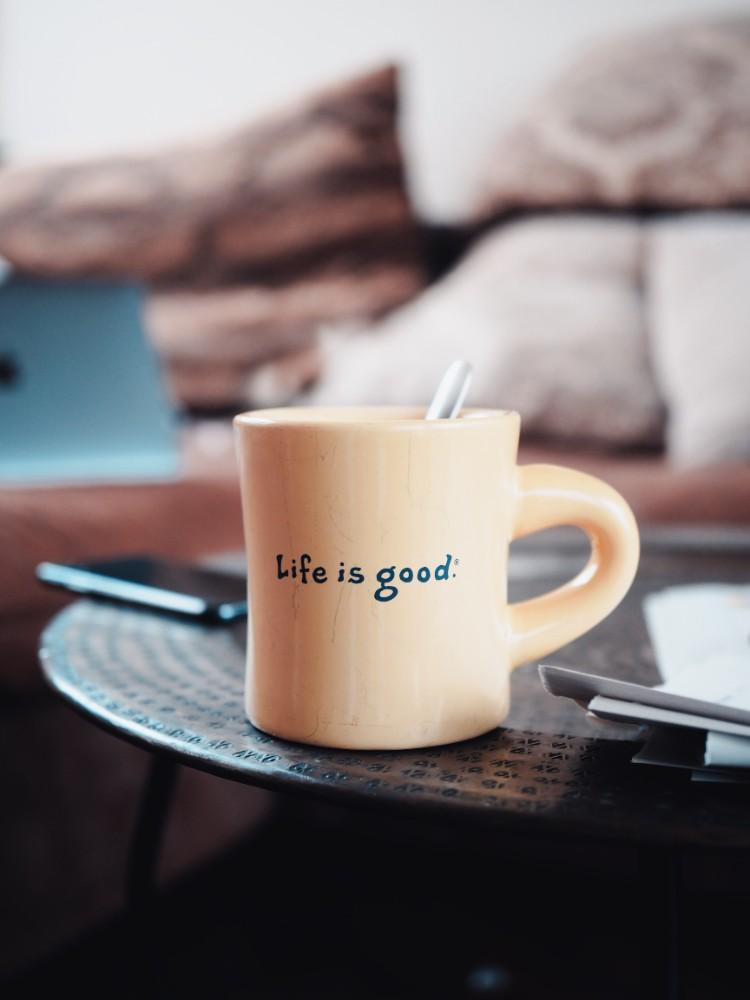 Ein virtuelles Tässchen Kaffee mit den Kollegen fördert die Unternehmenskultur. Abbildung: Dominik Reallife, Unsplash