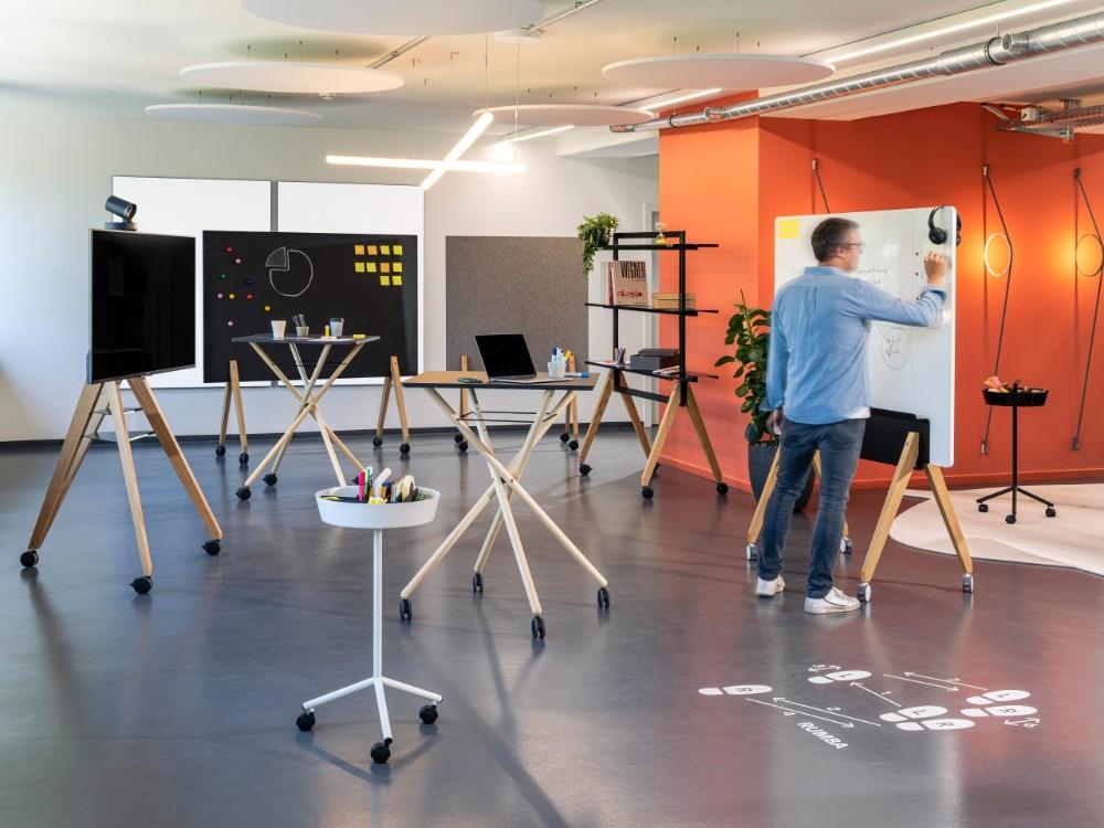 Flexible Bürolösungen ermöglichen kreative Arbeit und lassen Ideen ungehindert fließen. Abbildung: roomours