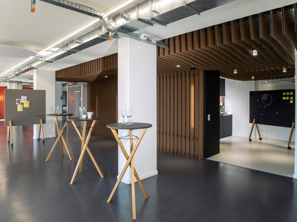 Der Stehtisch Meet and Great ist ideal für folgende Design-Thinking-Szenarien geeignet: Social Space, Collaboration Space und Creation Space. Abbildung: roomours