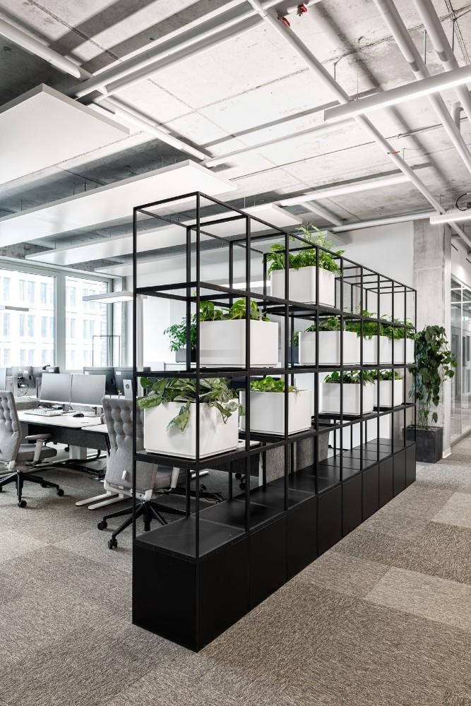 Regale mit integrierter Bepflanzung werden zu Zonierungselementen. Abbildung: Karsten Knocke
