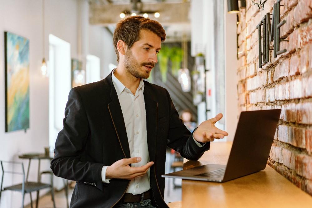 Welche Fähigkeiten werden von Führungskräften in einer hybriden Arbeitswelt erwartet? Abbildung: Mikhail Nilov, Pexels