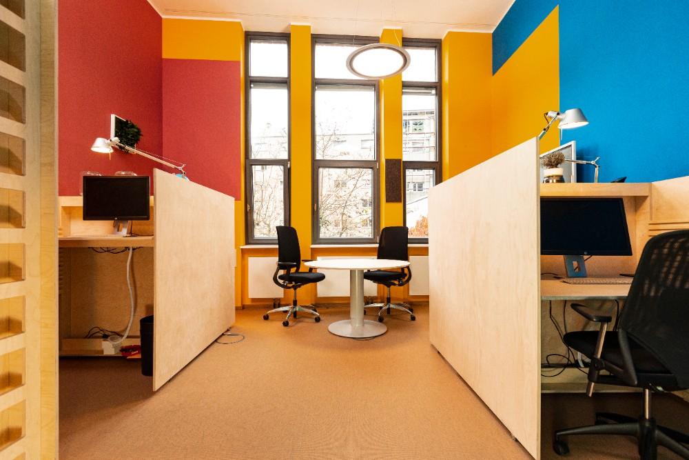 Der strahlende Gelbton an der Fensterfront hat eine motivierende, warme Ausstrahlung. Abbildung: Sascha Kreklau Fotografie