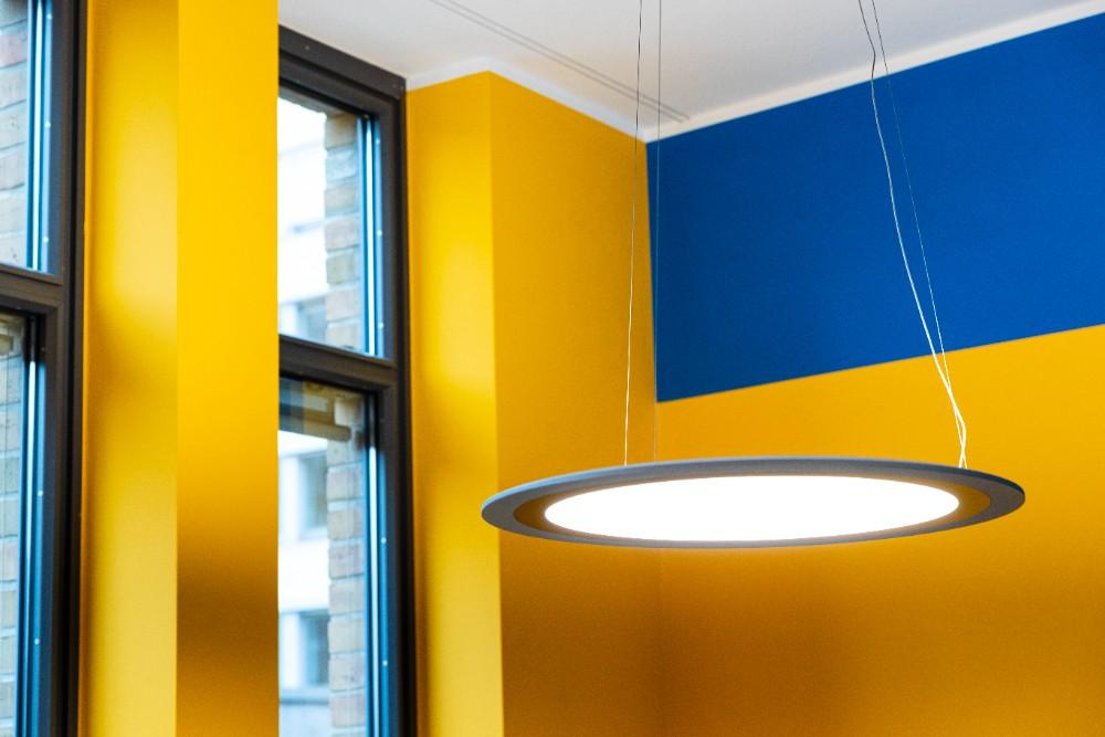 Büroleuchte Onyxx Circular: Per App lassen sich je nach Befinden individuelle Lichtszenen einstellen. Abbildung: Sascha Kreklau Fotografie