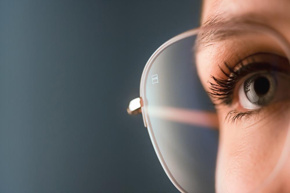 Zu viel blaues Licht kann den Sehkomfort beeinträchtigen. Die Lösung: Brillengläser mit Blaulichtfilter. Abbildung: Zeiss