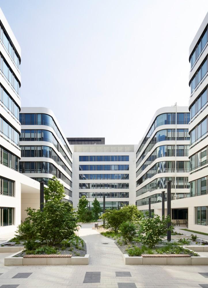 Aus 15 ehemals getrennten Standorten im Stadtgebiet hat die DB Netz AG einen gemeinsamen Bürostandort in Frankfurt am Main geschaffen. Abbildung: Annika Feuss