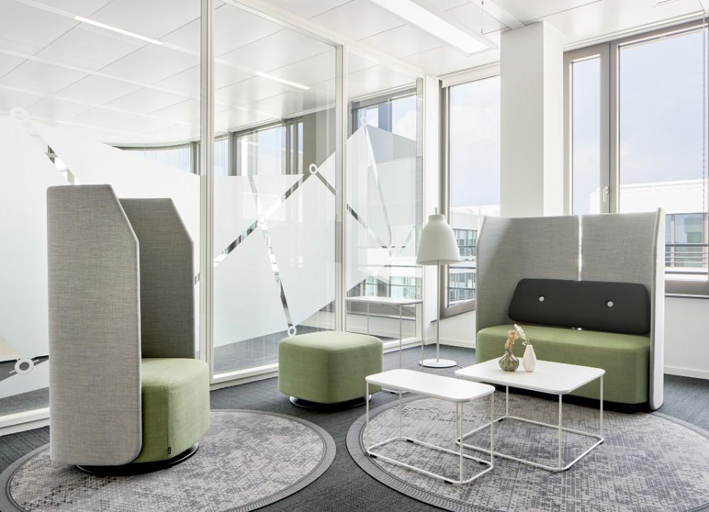 Arbeits-, Begegnungs- und vor allem kommunikative Bereiche bilden die Arbeitsorte in der differenziert gestalteten Bürostruktur. Abbildung: Annika Feuss