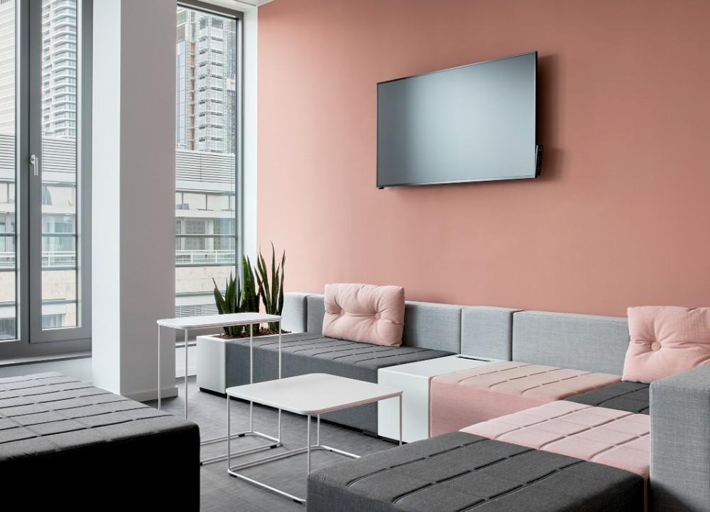 Das Farbkonzept gibt dem Büro einerseits seine Seele, andererseits ist es Wegeleitsystem für die Mitarbeitenden. Abbildung: Annika Feuss