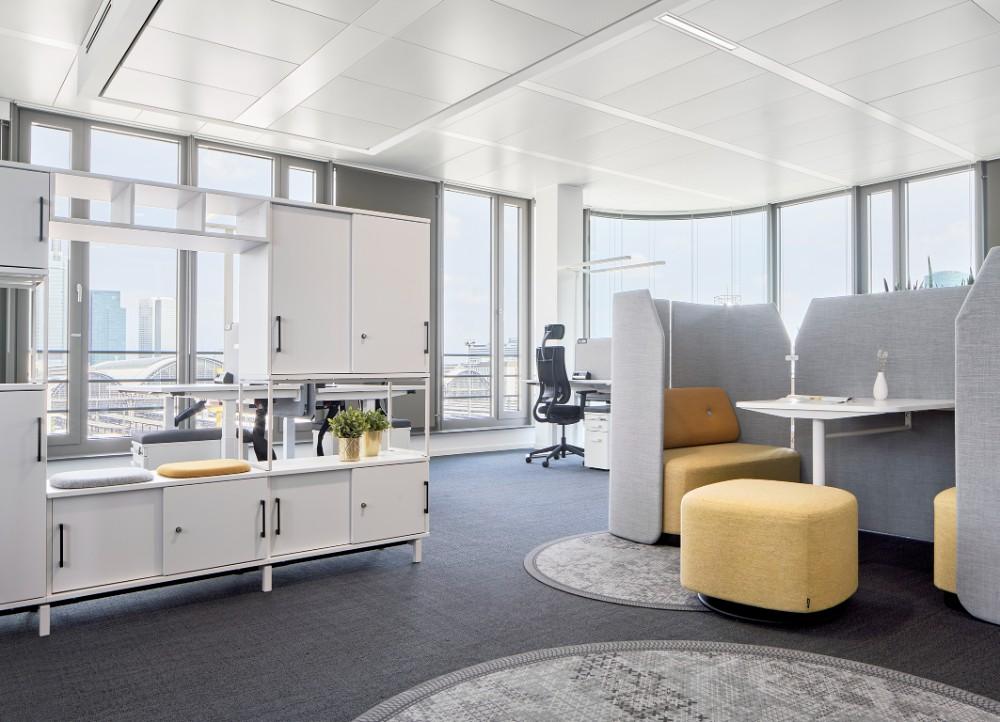 Die individuell konzipierten Büroflächen wurden als Mix aus offenen, halboffenen und geschlossenen Flächen entwickelt und wirken als Booster für die Kommunikation. Abbildung: Annika Feuss