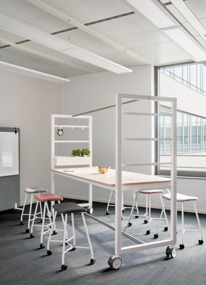 Flexible und mobile Tischsysteme oder klassische Einrichtungen bilden genau die Umgebung, wie sie gewünscht wurde. Abbildung: Annika Feuss