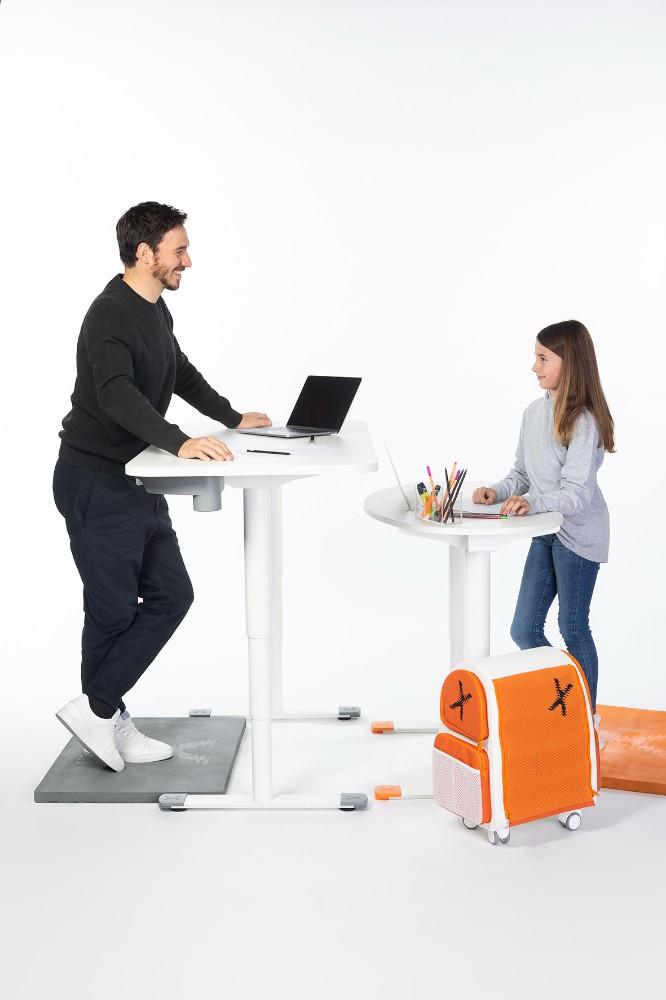 Immer wieder auf und nieder! Sitz-Steh-Lösungen fördern Produktivität und Gesundheit bei Groß und Klein. Abbildung: Topstar