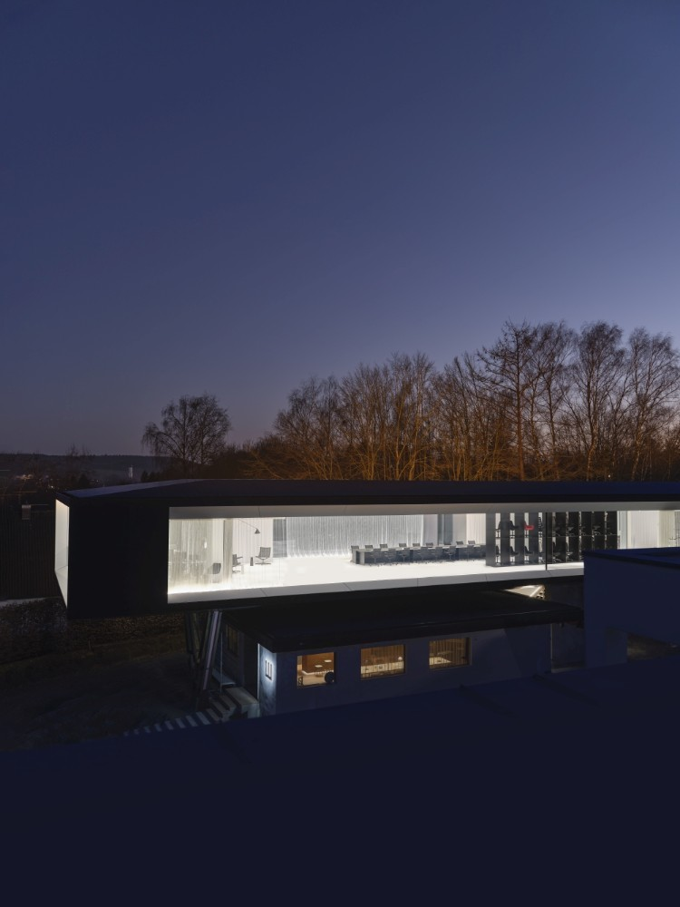 Das WagnerDesignLab bei Nacht. Es verfügt seitlich über die weltweit größten Gläser, die jemals verbaut wurden. Abbildung: Wagner Living